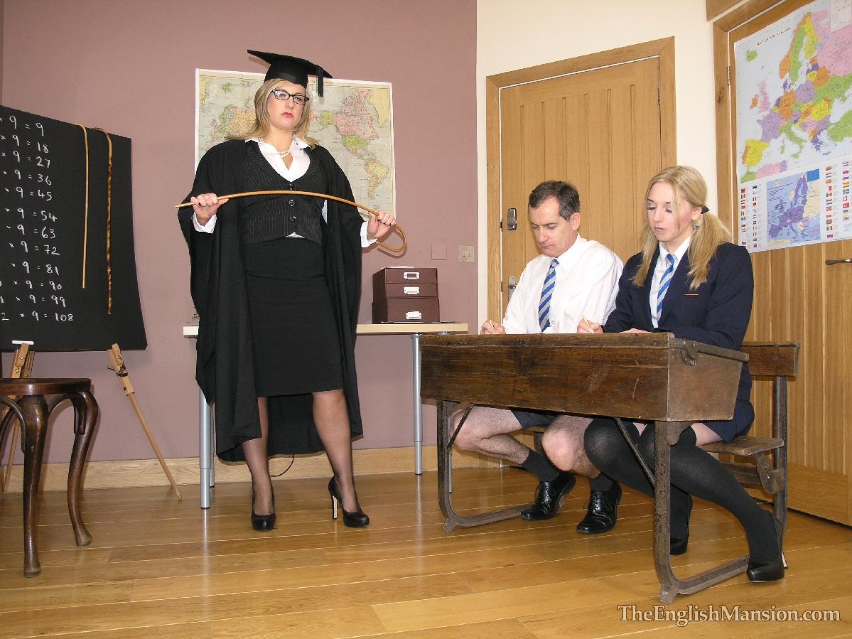 У учительнице под столом 6 фотография